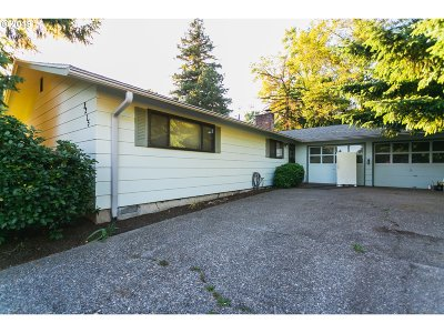 Milwaukie Single Family Home For Sale: 2215 SE Creighton Ave