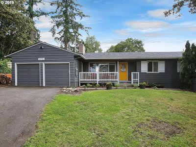 Milwaukie Single Family Home For Sale: 4132 SE Risley Ave