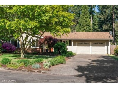 Lake Oswego Single Family Home For Sale: 18552 Edgewood Ct