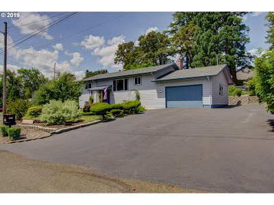 Milwaukie Single Family Home For Sale: 2315 SE Creighton Ave