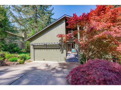 Lake Oswego Single Family Home For Sale: 8 Walking Woods Dr