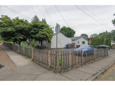 Clackamas County Multi Family Home Pending: 605 E Hereford St