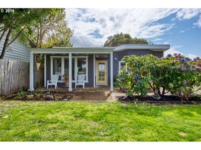 Bandon Single Family Home For Sale: 135 4th St