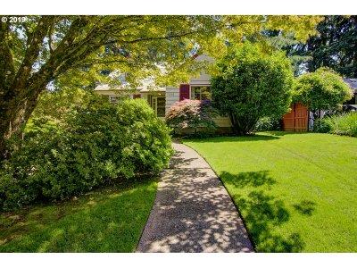 Portland Single Family Home For Sale: 10042 NE Alton St