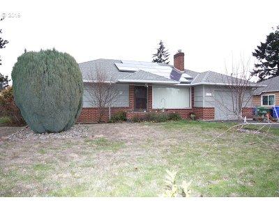 Portland Single Family Home For Sale: 14325 SE Morrison St