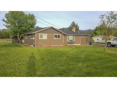 Roseburg Single Family Home For Sale: 725 Fawn Dr