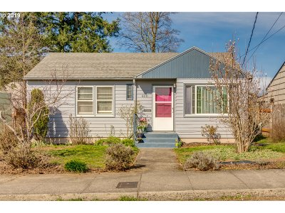 Single Family Home For Sale: 8011 SE Salmon St