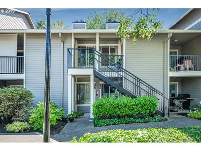 Lake Oswego Condo/Townhouse For Sale: 86 Kingsgate Rd #F204