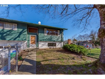 Milwaukie Single Family Home For Sale: 11526 SE Linwood Ave #Resid