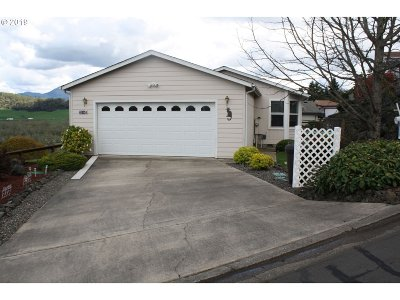 Roseburg Single Family Home For Sale: 104 Angelcrest Ct