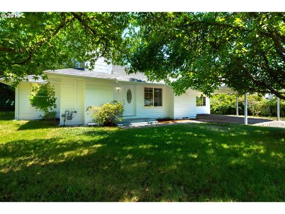 Roseburg Single Family Home For Sale: 1693 NE Hollis St