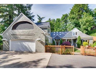 Milwaukie Single Family Home For Sale: 1017 SE Oak Grove Blvd
