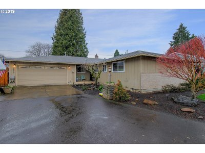 Milwaukie Single Family Home For Sale: 9895 SE 51st Ave