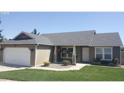Roseburg Single Family Home For Sale: 833 Umpqua View Dr