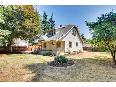 Milwaukie Single Family Home For Sale: 10014 SE Bell Ave