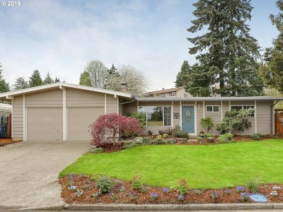 Milwaukie Single Family Home For Sale: 9146 SE Regents Dr