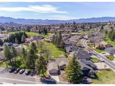 Medford Single Family Home For Sale: 40 Jack Nicklaus Rd