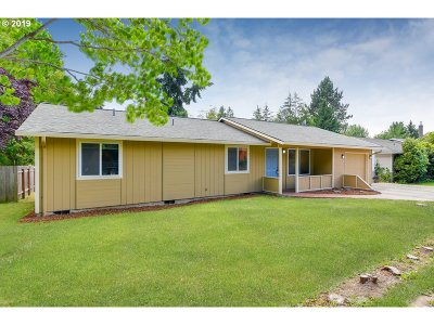 Milwaukie Single Family Home For Sale: 5550 SE Foxfire St