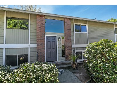 Tigard Condo/Townhouse For Sale: 10820 SW Meadowbrook Dr #60