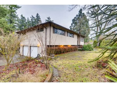 Milwaukie Single Family Home For Sale: 6108 SE Kellogg Ct