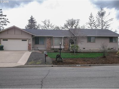Roseburg Single Family Home For Sale: 620 SE Summit Dr