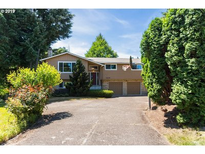 Milwaukie Single Family Home For Sale: 13135 SE Capistrano Ct