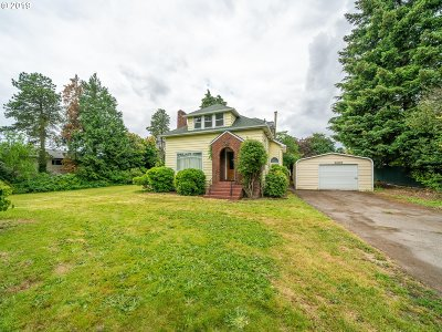 Milwaukie Single Family Home For Sale: 3205 SE Risley Ave