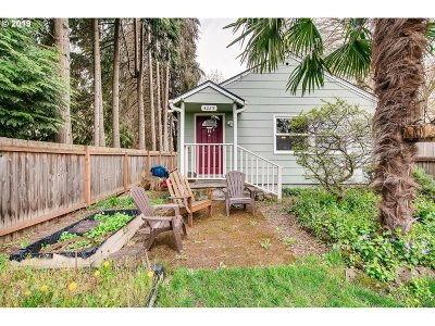 Milwaukie Single Family Home For Sale: 4025 SE Jefferson St