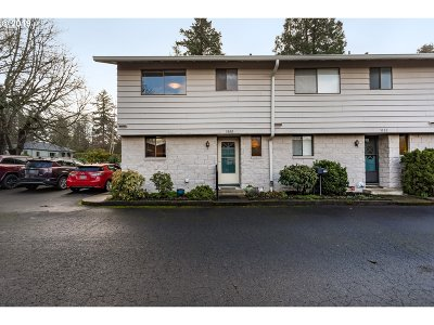 Milwaukie Condo/Townhouse For Sale: 3100 SE Chestnut St #1