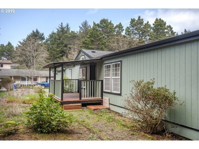 Lincoln City Single Family Home For Sale: 955 SE 31st St