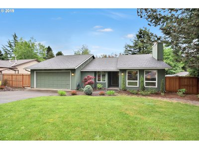 Portland Single Family Home For Sale: 6418 SW Roundtree Ct