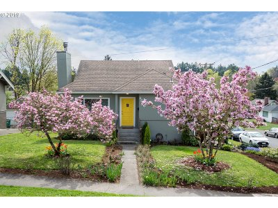 Milwaukie Single Family Home For Sale: 2806 SE Lake Rd