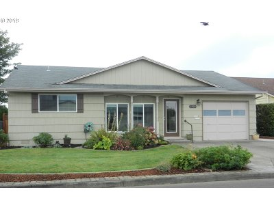 Single Family Home For Sale: 2360 Santiam Dr