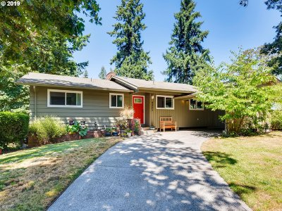 Milwaukie Single Family Home For Sale: 4201 SE Pinehurst Ave