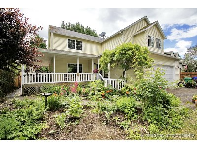 Gresham Single Family Home For Sale: 624 SE Acacia Ln