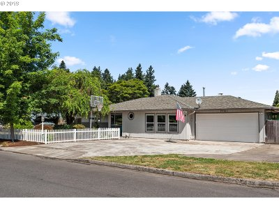 Milwaukie Single Family Home For Sale: 7757 SE Cypress Ave