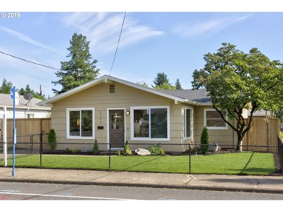 Portland Single Family Home For Sale: 5706 SE Flavel St