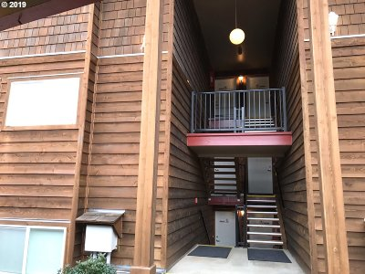Condo/Townhouse Pending: 325 NW Lancer St #22