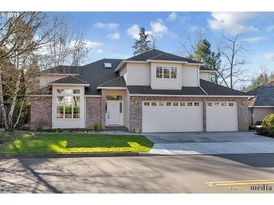 Lake Oswego Single Family Home For Sale: 5736 Southwood Dr