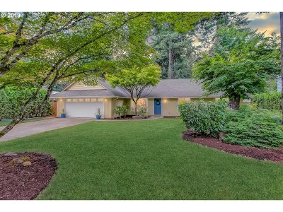 Lake Oswego Single Family Home For Sale: 6216 Wayzata Ct