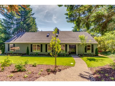 Lake Oswego Single Family Home For Sale: 17797 Overlook Cir