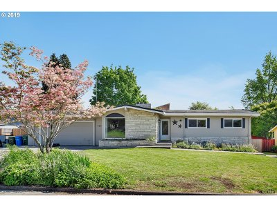 Milwaukie Single Family Home For Sale: 6974 SE Molt St