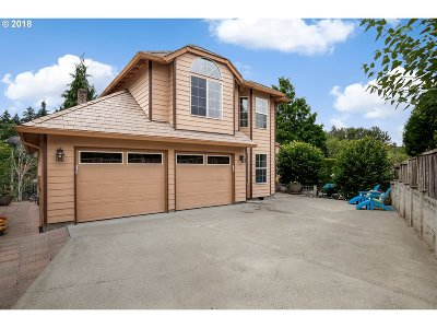 Milwaukie Single Family Home For Sale: 3945 SE Licyntra Ln