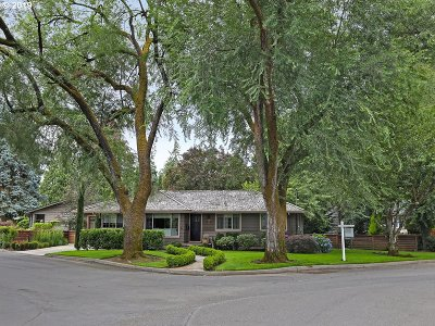 Lake Oswego Single Family Home For Sale: 615 Lake Bay Ct