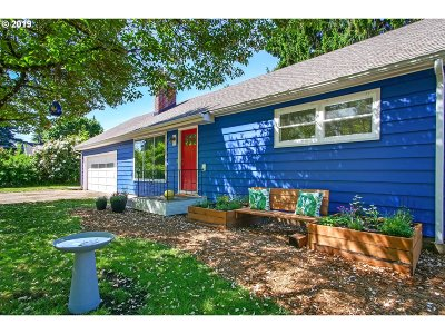 Milwaukie Single Family Home For Sale: 9917 SE Hollywood Ave