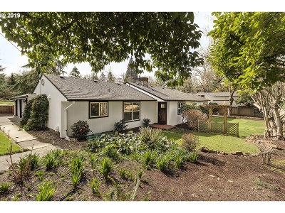 Milwaukie Single Family Home For Sale: 10005 SE Cambridge Ln