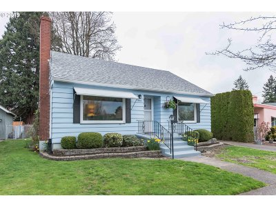 Single Family Home For Sale: 7835 SE Yamhill St