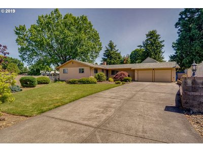 Milwaukie Single Family Home For Sale: 13213 SE Ranstad Ct