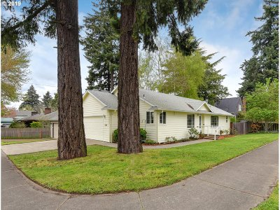 Milwaukie Single Family Home For Sale: 3935 SE Llewellyn St