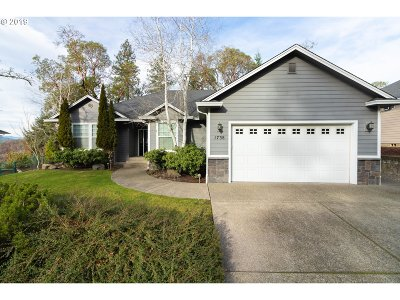 Roseburg Single Family Home For Sale: 1738 NE Reagan Dr